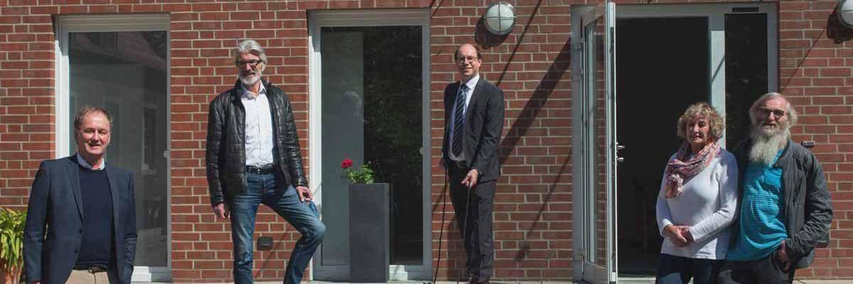 Ehepaar Maria und Thomas Bücking (r.) und Johannes Warmbold von der Sirksfelder Schule sind dankbar über die schnelle Hilfe von der Bürgerstiftung, hier vertreten durch die Vorstandsmitglieder Edwin Kraft (2. l.) und Johannes Evers (l.).